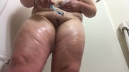 BBW Plays in Tub, Shaves Pussy, Rubs Ass