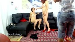 Backstage La Rossa e Mary Rider si scopano sul divano