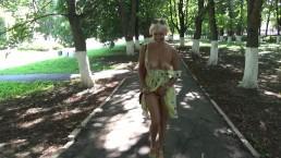 Blonde sexy clignotant et se masturbe chaud dans un parc public.