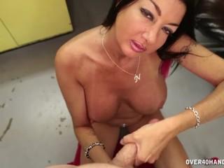 milf offers her best handjob for the horny guy
