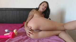 Vicky aime la sodomie et se prend le cul pendant 20 minutes