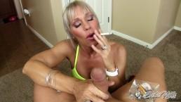 Erotische Nikki - Multitaskende MILF geeft een POV handjob terwijl ze een sigaar rookt