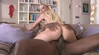Blonde 18 ans offre son anus à une grosse bite noire