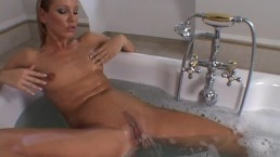 Sandy Fantasy touches herself and pisses in her bath