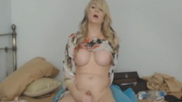 Pretty Lovely Shemale Massturbates her Cock Hard
