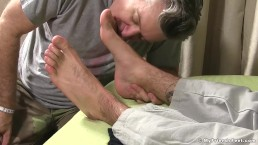 Hunk takes pleasure in having his feet licked by a homo