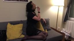 Gorge profonde avec une banane pour Maeva French Ladyboy
