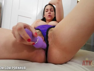 Kyra Rose toys her tasty cunt for you