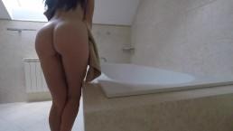 Chica joven con gran culo cabalga en consolador en el baño del hotel