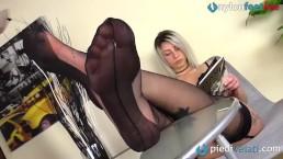 La bionda con le calze con punta e tallone rinforzato: leccale i piedi!