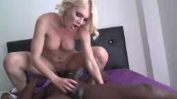 Kitana Lure se fait dilaté l'anus par une grosse bite noire
