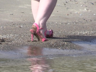 On high heels and bare feet on the sand, plump legs walk along the shore.