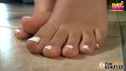 Ragazzina a piedi nudi toglie i sandali e ti fa leccare le dita