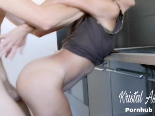 Copine super chaude se fait baiser dans la cuisine et grosse faciale