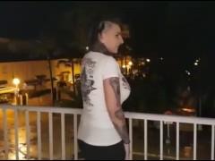 Tätowierte deutsche Vicky wird spontan auf Malle gefickt!