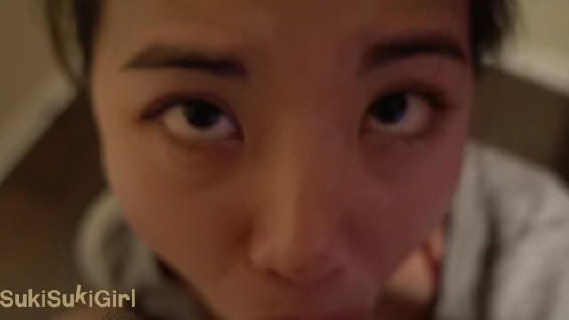 若いアジア人の女の子が残酷な顔をして精液で覆われている