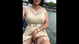 Maéva French Exibh trav à la Tour Eiffel