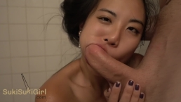 garota asiática brutal boquete no chuveiro