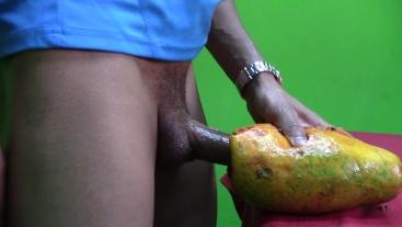 ¡¡Se FOLLA una Papaya hasta CORRERSE DENTRO DE ELLA!!!