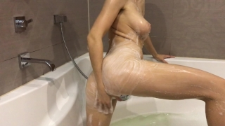 Hot girl takes a bath and masturbates - Mini Diva porno