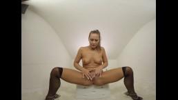 165 - Nice babe Naomi Bennet masturbate in whitebox with dildo - 3DVR180