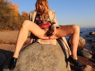 Teen Public Masturbation on the Beach – Black Dildo and LuxuryGirl