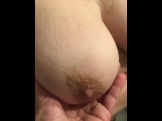 Bellissima grande tette naturale dopo la doccia