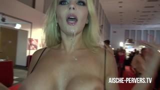 Venus Sexmesse Besucher geblasen und Spermafresse von Lena Nitro abgeleckt