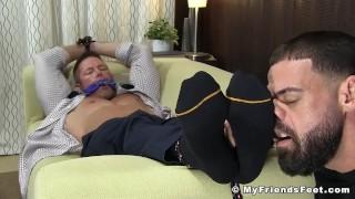 Muskuløs forretningsmand Joey J bundet af fødder spise afvigende