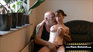 отчим делает массаж дочери