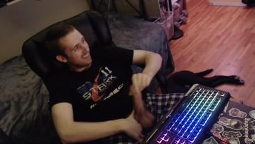 Uncircumsized stud jerks off cock on webcam