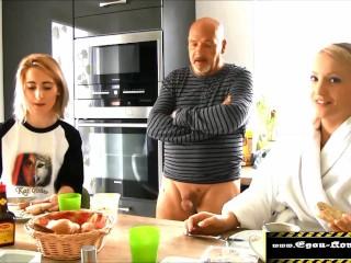 Tochter gefickt, ihre schockierte Freundin bläst