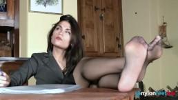 La segretaria ti fa impazzire con i suoi piedi e le autoreggenti