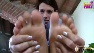 Ragazzina toglie i calzini e ti mette i piedi nudi in faccia