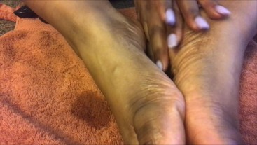 SEXFEENE GIVES HER FEET A MUCH NEEDED OILY SENSUAL MASSAGE