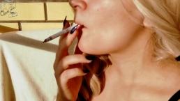 Adolescente cachonda fuma, hacer una mamada y pajas