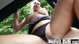 Mofos – Jessie Sinclair – Roadside Sex With Aerobics Instructor