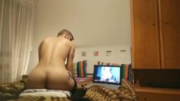 Cabalga alhomada como si se la follase simulando vídeo porno