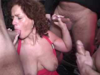 Jebanje Mame I Sina Fucking, Big Tit Redhead MILF Sucks Three Big Dicks at the Same Time