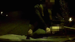 Cornuto fa scopare la giovane moglie sul cofano della macchina dall'amico