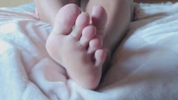 Feet Fetish: Soles and Toe Wiggling