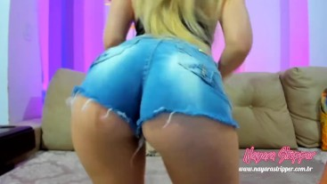 blonde wiggling her ass on webcam