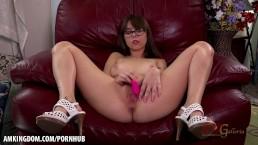 Hottie with glasses Shae Celestine masturbates