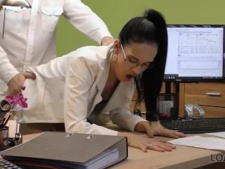 Viehattava nainen rinnat kiinnostaa