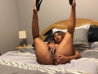 Masturbating in front of you, before you stick it in. FRENCH QUÉBÉCOIS