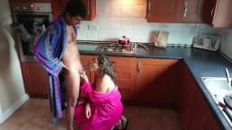 Femme se fait interrompre pendant qu'elle cuisine et doit faire une pipe et avaler