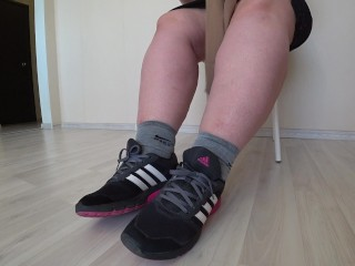 Thick legs change socks and sneakers to nylon and elegant shoes.