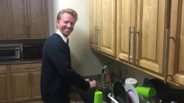 Ik doe de afwas zonder dat het me gevraagd is