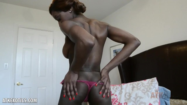Kinsley Karter vibrates her clit to climax for you