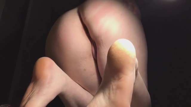 Teen slut shows off her cute feet and fingerfucks herself.